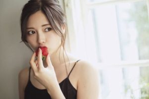 白石麻衣(乃木坂46)イチゴを食べるところ