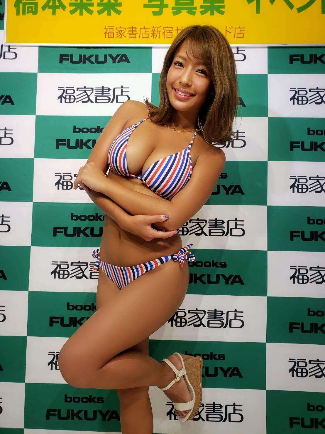 橋本梨菜(はしもと りな/Rina Hashimoto) グラビアアイドル/2019年8月31日、福家書店新宿サブナード店にて開催された、3rd写真集「LOVE=CONTRAST」発売記念イベントにて
