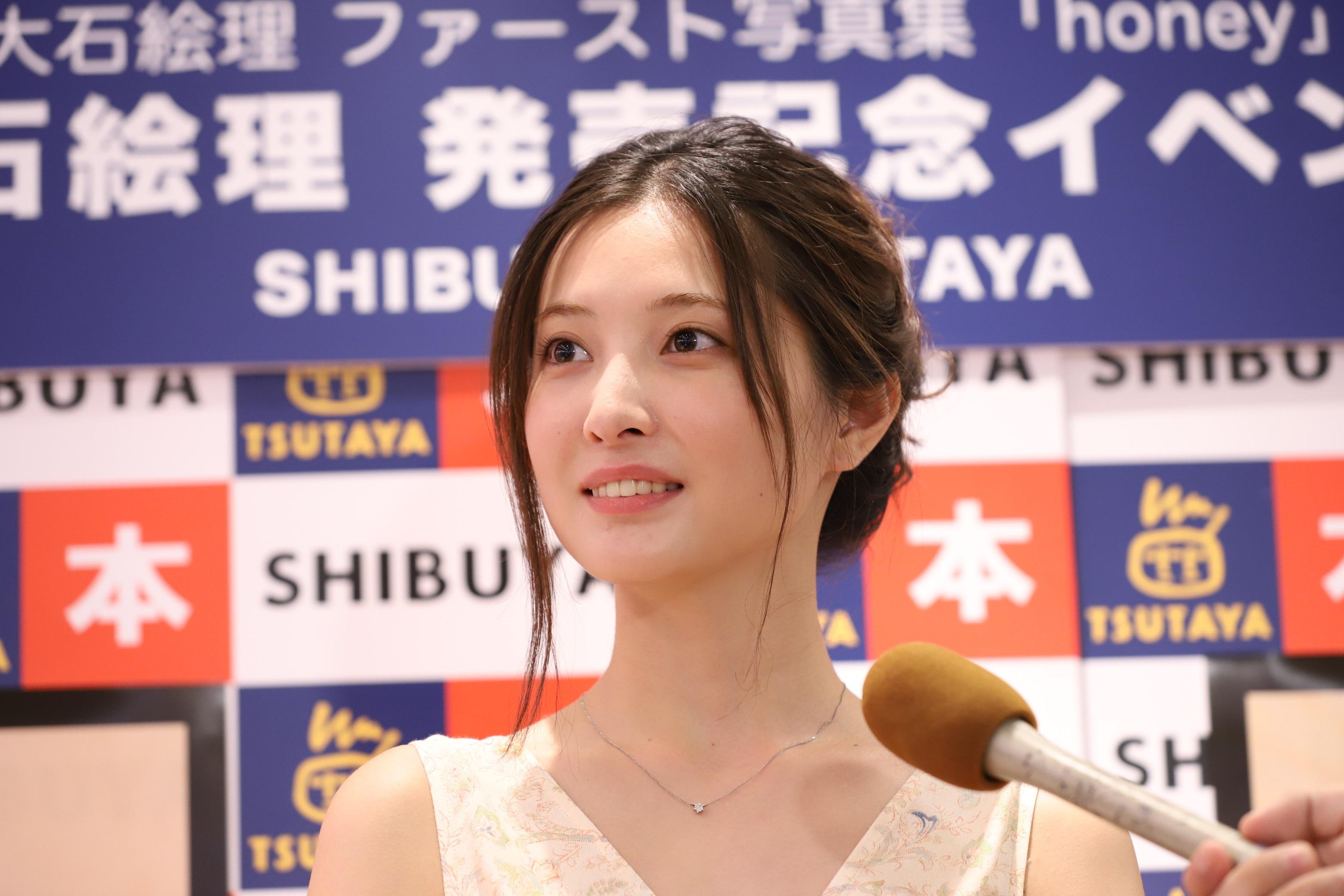 大石絵理/9月29日、SHIBUYA TSUTAYAにて開催の、ファースト写真集「honey」(東京ニュース通信社刊)発売記念イベントにて。