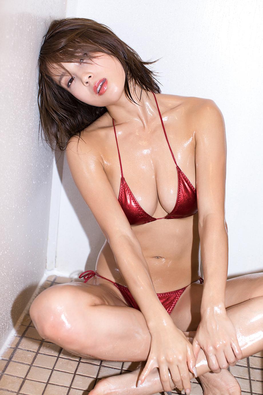 犬童美乃梨、最新 DVD「僕だけのトレーナー」より(お気に入り衣装)